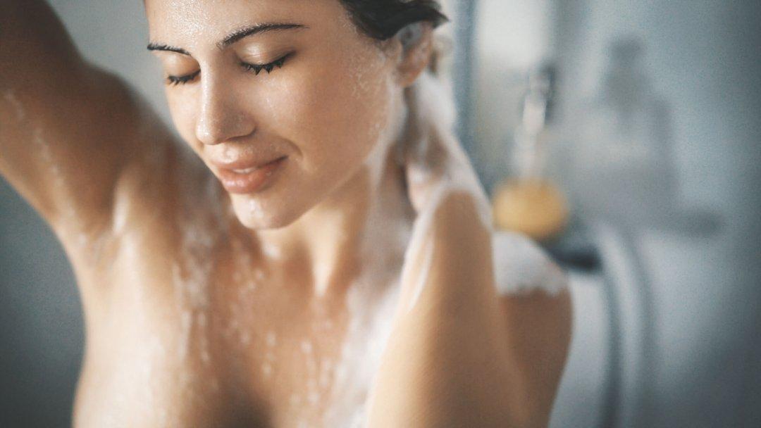 Você passa o dia todo pensando em chegar do trabalho e tomar um banho quente com água quase fervendo? Pode parar por aí! Conheça os malefícios da água quente!