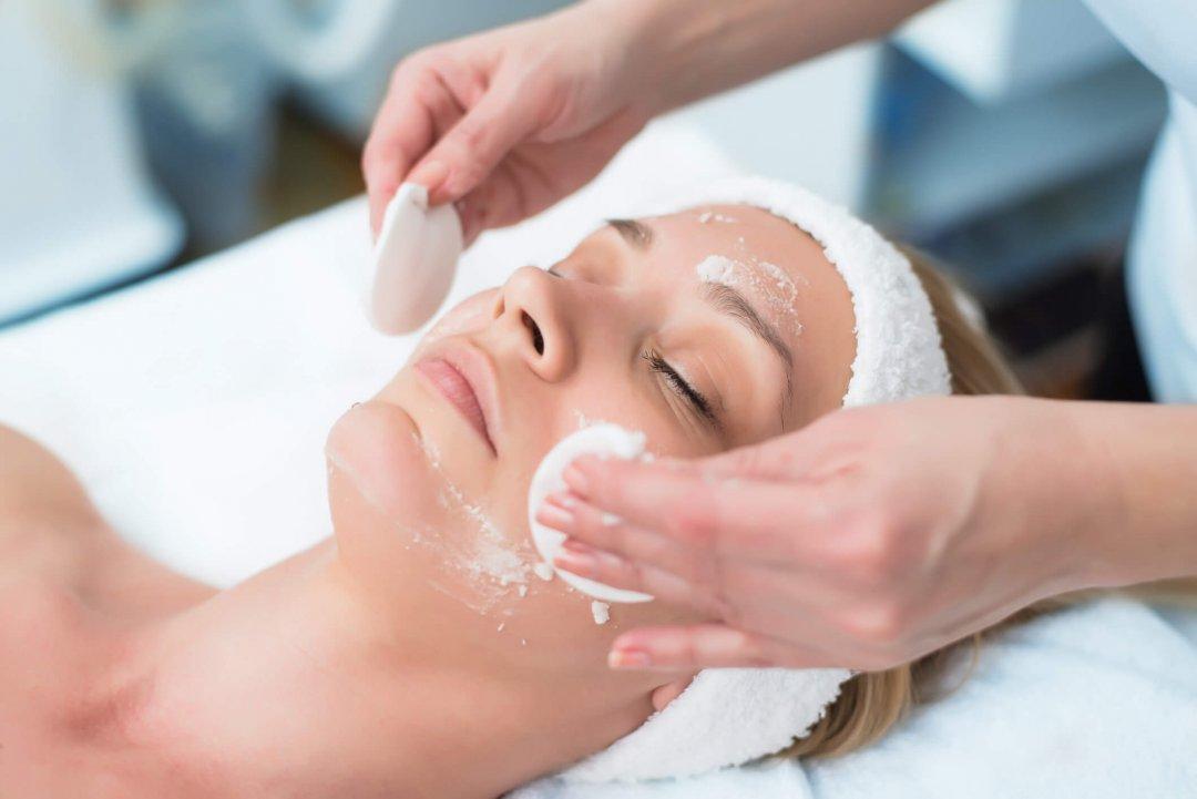 Fazer a limpeza de pele com frequência ajuda a eliminar as células mortas e, assim, garante uma cútis muito mais bonita e saudável. Quer saber mais informações a respeito do tema? Acesse e confira.