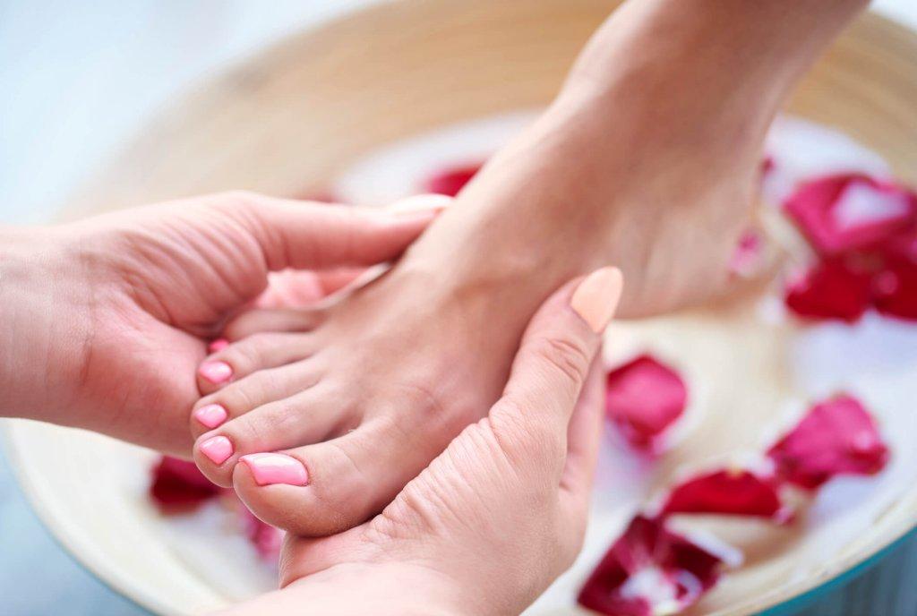 Hábitos como andar descalço, utilizar calçados abertos e tomar banho com água muito quente podem favorecer os pés ressecados. Quer saber como reverter o problema? Confira algumas dicas!