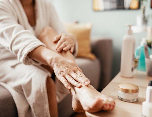 Além de um desconforto estético, a rachadura no pé pode causar também outros problemas, como as fissuras calcâneas. Entenda como tratá-las!